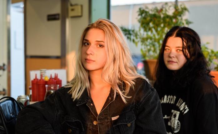 girls-in-diner